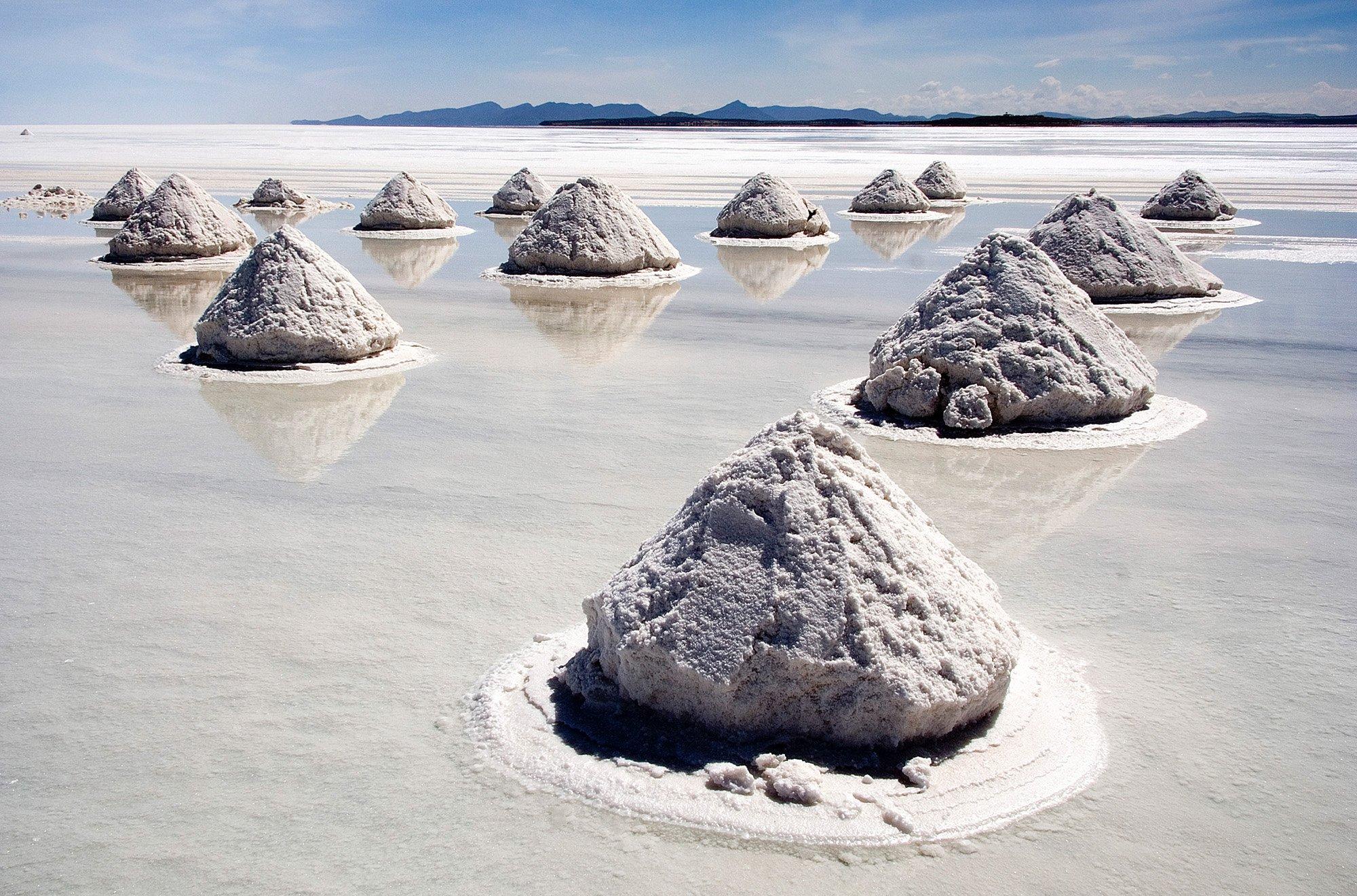 Piles_of_Salt_Salar_de_Uyuni_Bolivia_Luca_Galuzzi_2006_a-1.jpg